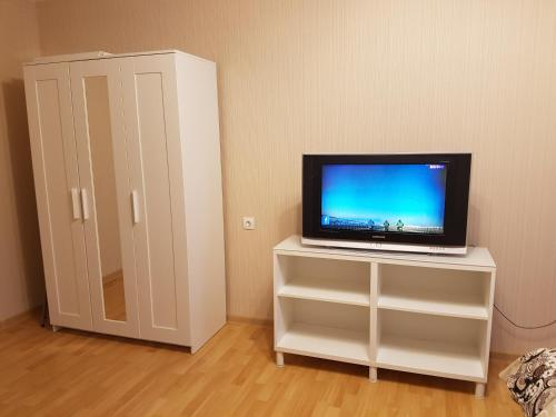A television and/or entertainment center at Квартира на Домодедовская