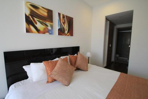 A bed or beds in a room at Plaza Suites México City, 2404