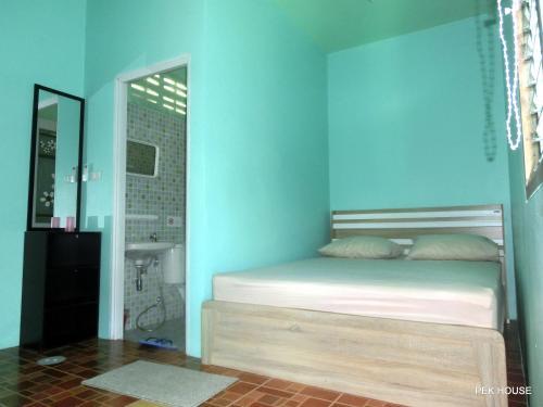 Ein Bett oder Betten in einem Zimmer der Unterkunft Pek House