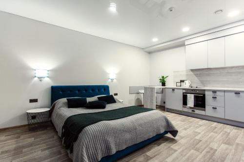 A bed or beds in a room at Old Town Trio Apartments