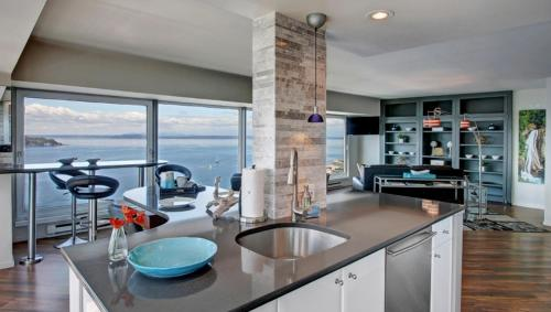 A kitchen or kitchenette at Pike Place Penthouse