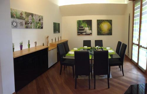 A restaurant or other place to eat at Giulia Luxury Apartment
