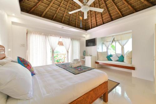 A bed or beds in a room at Villa Oceana Boracay