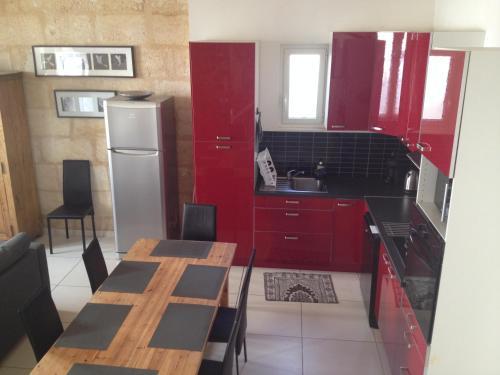 Cuisine ou kitchenette dans l'établissement Maison de Ville 8 personnes