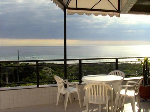 Un balcón o terraza de Lindo apartamento de cobertura de frente para o mar com piscina privativa!