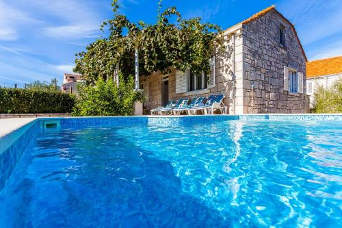 The swimming pool at or close to Green Garden House