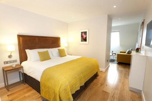 A bed or beds in a room at Premier Suites Plus Dublin Ballsbridge