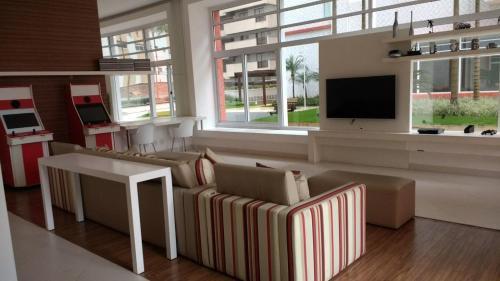 A television and/or entertainment center at Apto Vista Mar Com Lazer Total