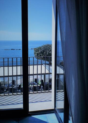 A general sea view or a sea view taken from the bed & breakfast