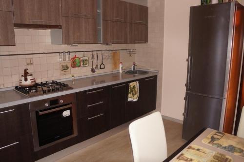 Кухня или мини-кухня в Apartment on Novoselov, 48 k 3