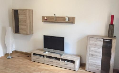 A television and/or entertainment center at Ferienwohnung Tiffy