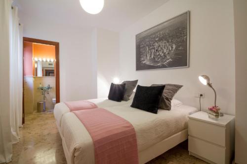 A bed or beds in a room at Apartamentos Turísticos Duque de Hornachuelos