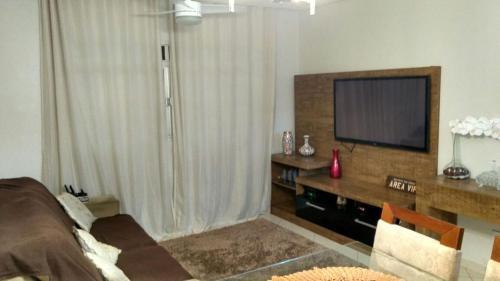A kitchen or kitchenette at Apartamento-J. Camburi
