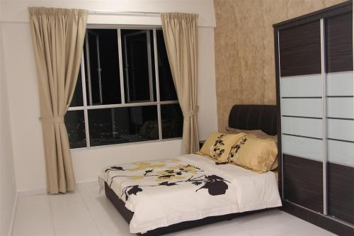 A bed or beds in a room at 3 Bedroom Condo @ NEAR SPICE ARENA