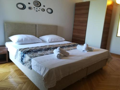 A bed or beds in a room at Apartments & Rooms Baltazar