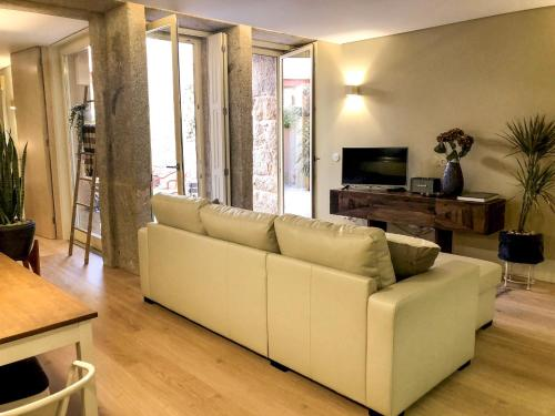 A seating area at HOMEinTOWN Almada