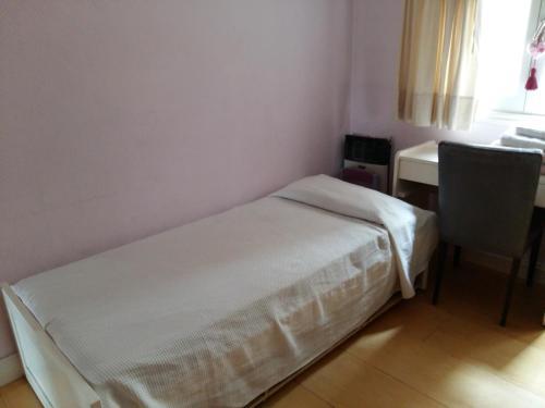 Una cama o camas en una habitación de Departamento familiar por temporada