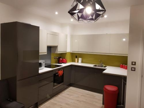 A kitchen or kitchenette at Vetrelax Chelmsford Gemini Apartment