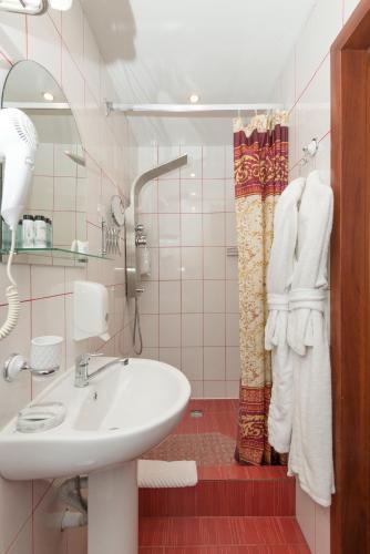 A bathroom at LeonArt