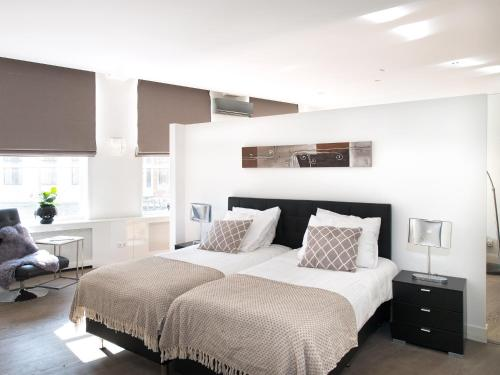 A bed or beds in a room at Urban Lodging City Apartment