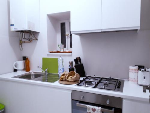 A kitchen or kitchenette at Toselli Suite Apartment