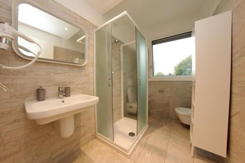 A bathroom at Be Apartments Brembo
