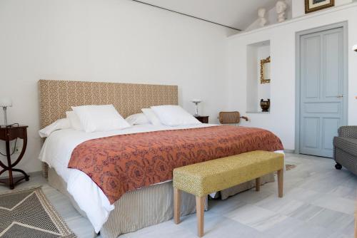 A bed or beds in a room at Palacio Mármoles
