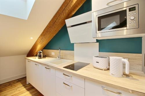 A kitchen or kitchenette at Appartements Design Hypercentre
