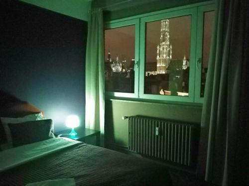 En eller flere senge i et værelse på Apartments AMS Brussels Flats