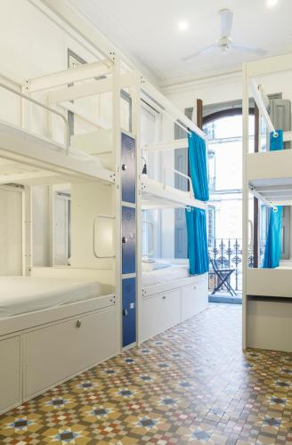 Двухъярусная кровать или двухъярусные кровати в номере Soul Backpackers Barcelona