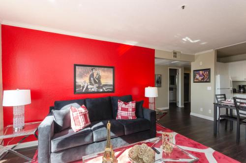 A seating area at Wonderful Walk of Fame Apartment