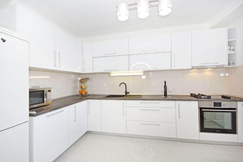 Kuchyň nebo kuchyňský kout v ubytování Apartmani Nikola