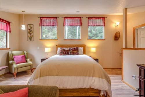 A bed or beds in a room at Peaceful Creekside Cabin