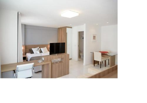 A television and/or entertainment centre at Flat Verano Stay Barra da Tijuca