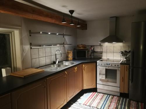 Ett kök eller pentry på Bjärkeryd Södergård Bed & Stable