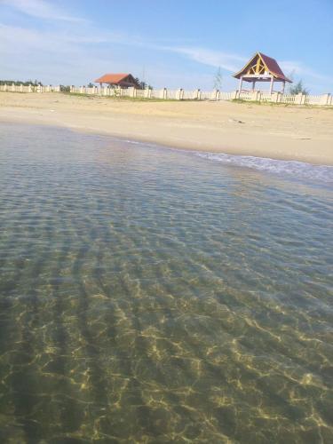 Pantai di atau dekat dengan resort