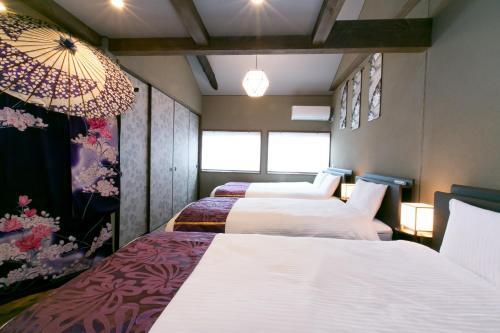 A bed or beds in a room at Kyo-machiya Flower Inn Hanayo