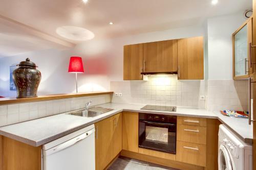 A kitchen or kitchenette at Paris Appartements Services - Les Appartements du Marais
