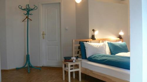A bed or beds in a room at Big 4-BDR Apartment with City View