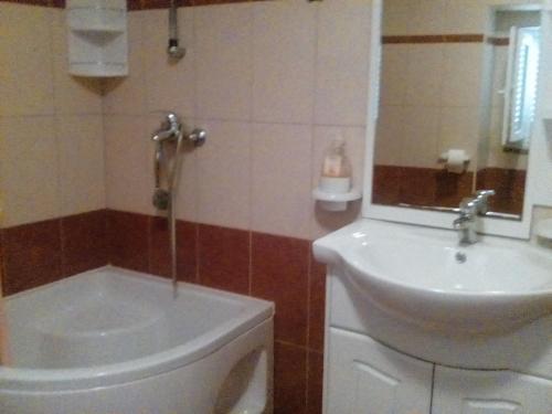 A bathroom at Apartmani Seršić