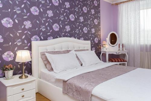 A bed or beds in a room at Apartments on Zakharova 67/1