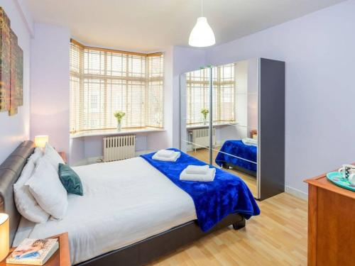A bed or beds in a room at 2 bed in amazing West London location