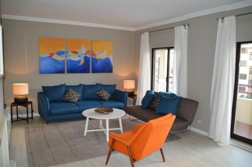 A seating area at Spacious Cascais Apartment with Rooftop Pool
