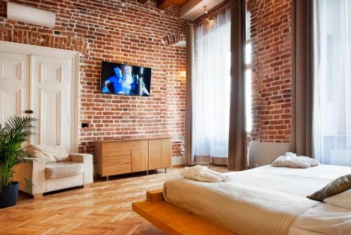 Una televisión o centro de entretenimiento en Aparthotel Stare Miasto