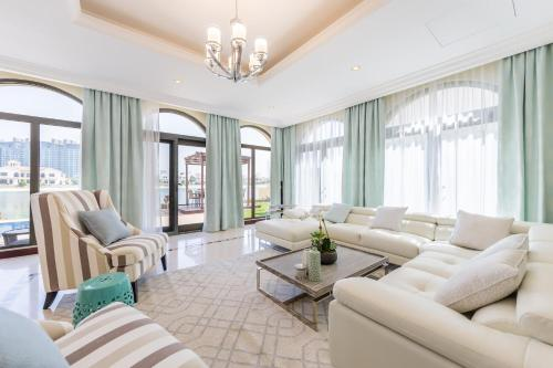 A seating area at Five Bedroom Beachfront Villa on Palm Jumeirah by Deluxe Holiday Homes