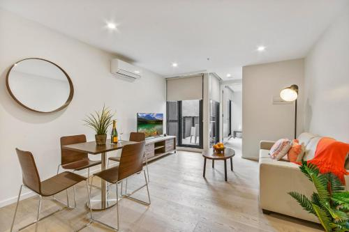 A seating area at Melbourne City Apartments - Teri