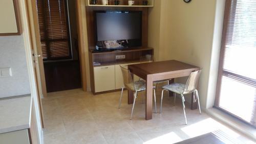 Televízia a/alebo spoločenská miestnosť v ubytovaní Apartment in River Park