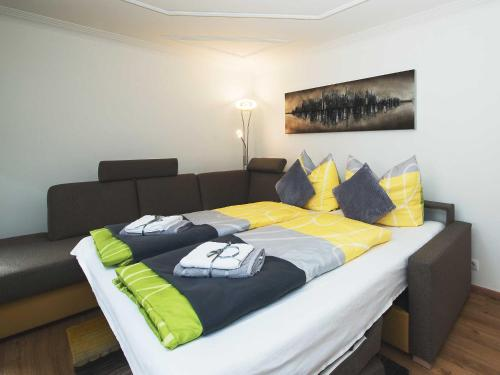 Ein Bett oder Betten in einem Zimmer der Unterkunft Ferienwohnung - Bergblick - Vandans