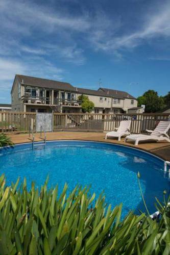 The swimming pool at or near Howick Motor Lodge