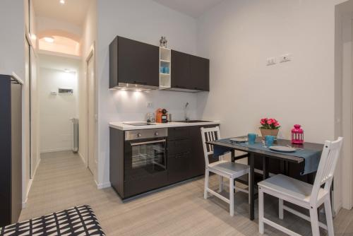 A kitchen or kitchenette at Cheap & Charme City Center